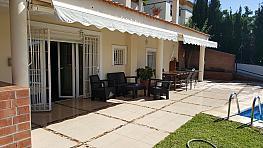 Porche - Casa adosada en alquiler en calle Serrezuela, Pedania Torre de Benagalbon en Rincón de la Victoria - 330781505