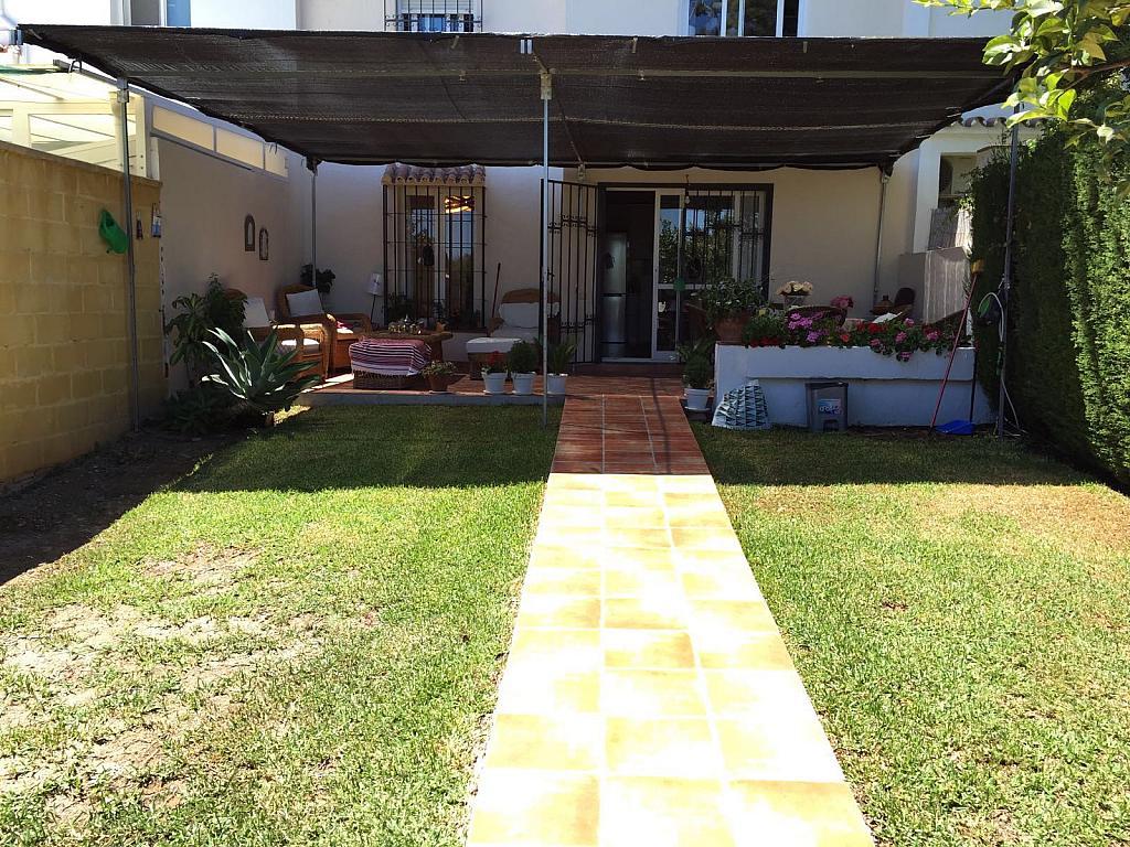 Casa adosada en alquiler en calle Pico de Aneto, Guadalmina - 331031215