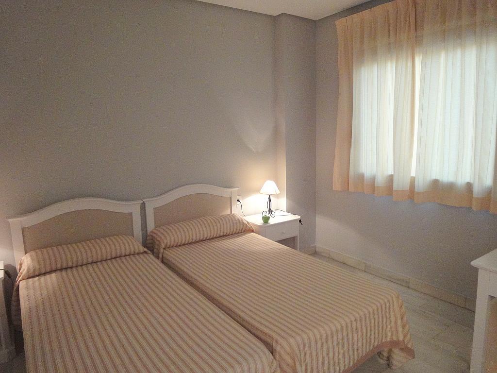 Dormitorio - Apartamento en alquiler en calle Alcalde Luis Uruñuela, Entrepuentes en Sevilla - 127135264