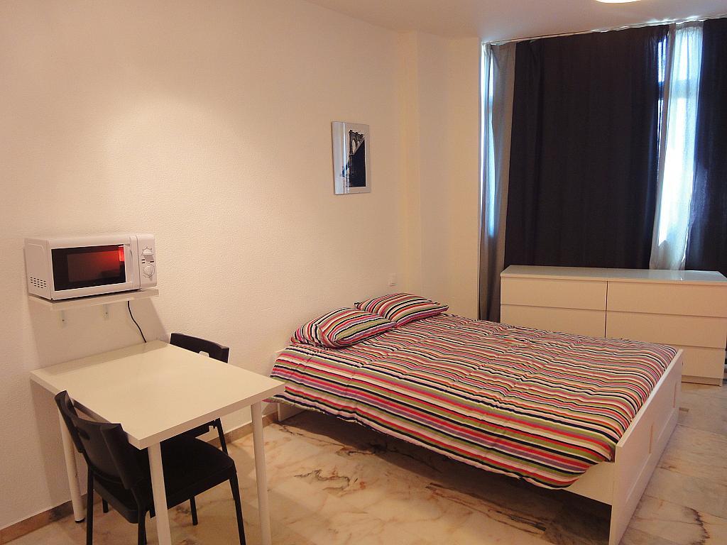 Dormitorio - Estudio en alquiler en calle De Alcalde Luis de Uruñuela, Av. Ciencias-Emilio Lemos en Sevilla - 146522392
