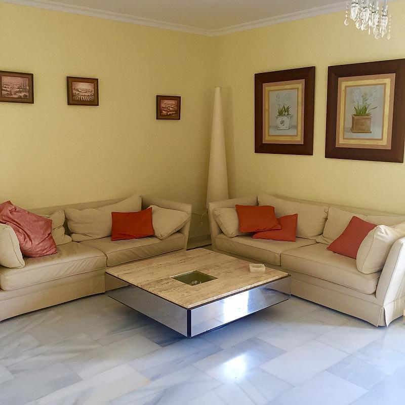 Salón - Villa en alquiler de temporada en calle Lisboa, Nueva Andalucía en Marbella - 208603116