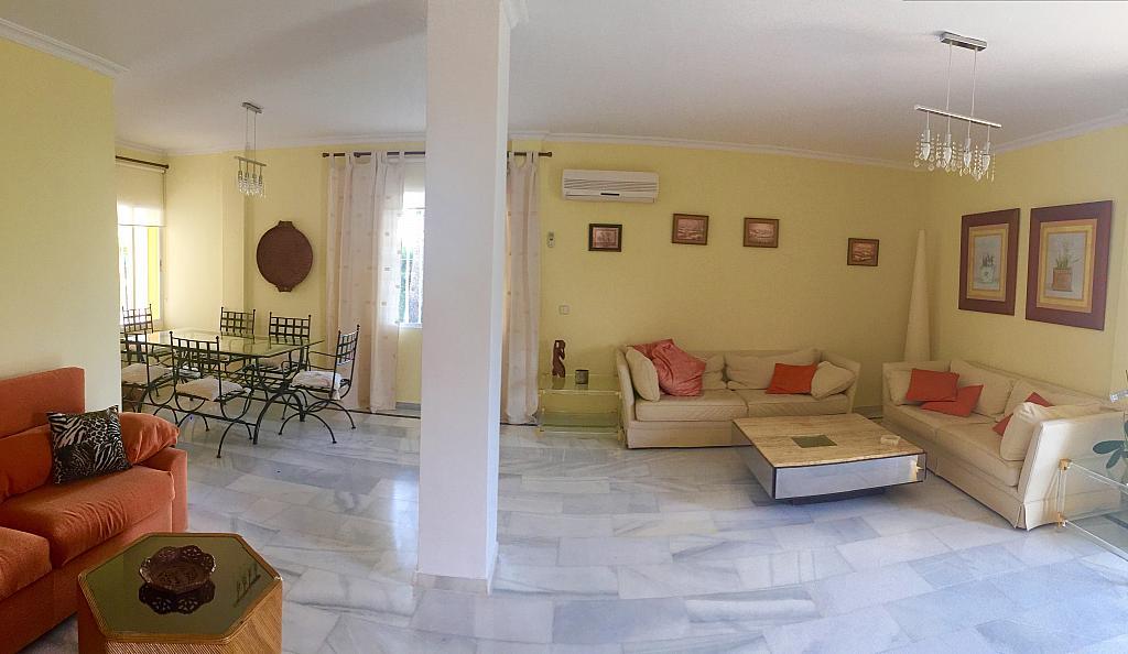 Salón - Villa en alquiler de temporada en calle Lisboa, Nueva Andalucía en Marbella - 208603121