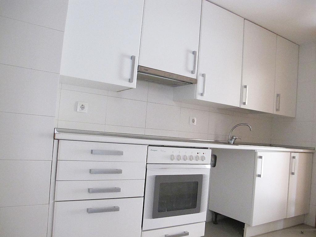 Piso en alquiler en calle Principe Carlos, Sanchinarro en Madrid - 272712966
