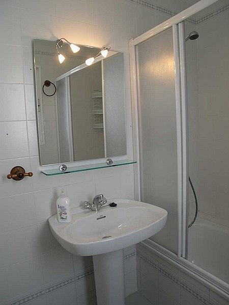 Baño - Apartamento en alquiler en urbanización Almadraba, El Lugar en Chiclana de la Frontera - 171574494