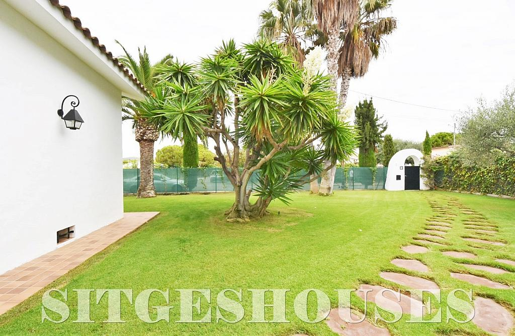 Jardín - Casa en venta en calle Avda Navarra, Terramar en Sitges - 322040443