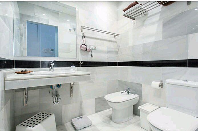 Baño - Estudio en alquiler de temporada en calle Abad Najera, Casco Antiguo - Santa Cruz en Alicante/Alacant - 321237796