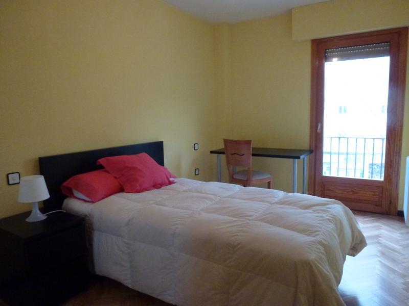 Dormitorio - Piso a compartir en paseo De Los Curas, Casco Histórico en Alcalá de Henares - 106824491