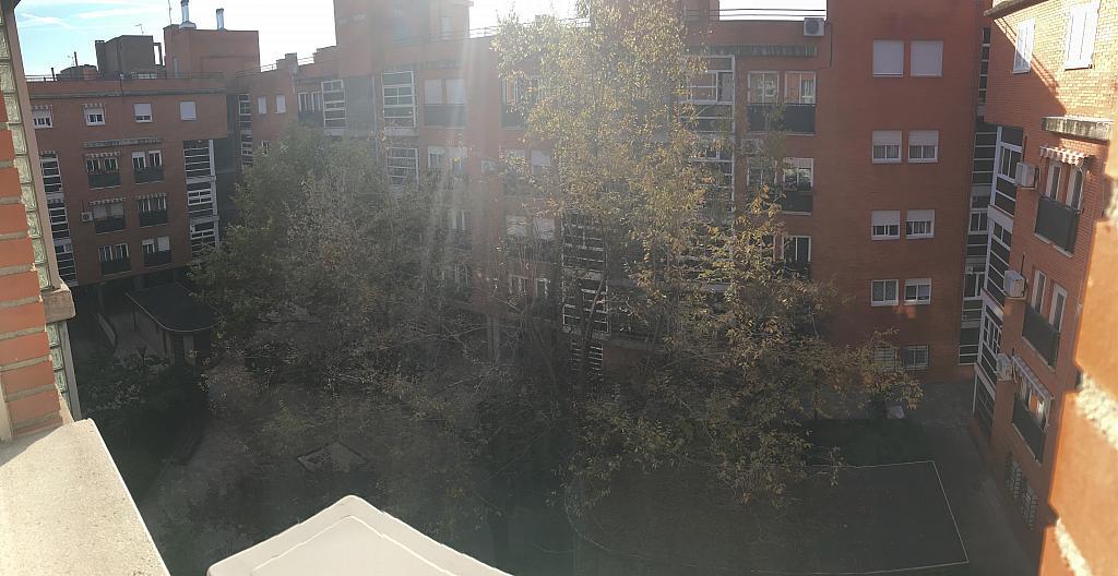 Patio - Ático en alquiler en calle Viñegra, Los Cármenes en Madrid - 354203131