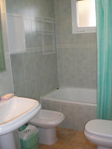 Baño - Apartamento en alquiler de temporada en calle K, Manga del mar menor, la - 62196418